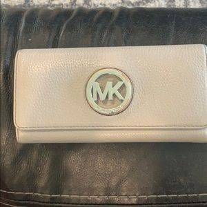 Michael Kors wallet used but in good condition